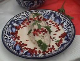 chile en nogada en plato de talavera
