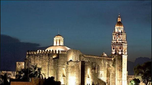 Vista de noche de la Catedral de Cuernavaca